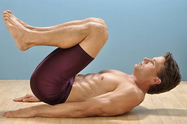 мужчина занимается гимнастикой
