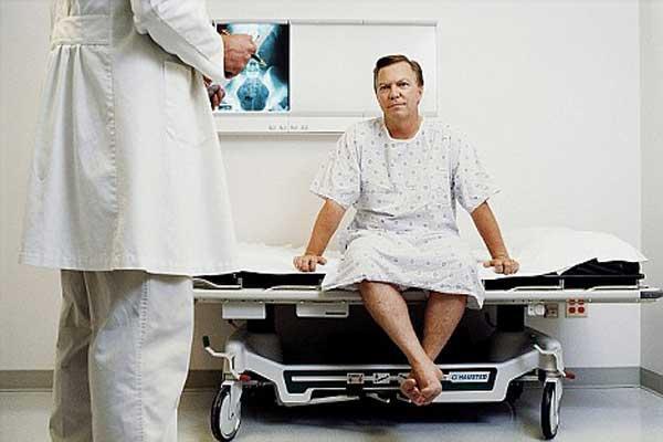 как врач обследует мужчину